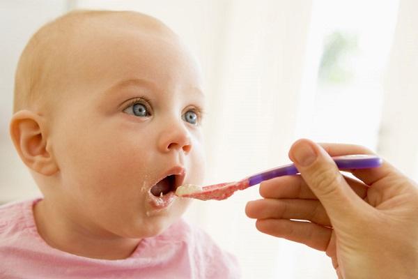 Khi bé bắt đầu ăn dặm, bạn phải đảm bảo cung cấp cho bé đủ dưỡng chất cần thiết giống như sữa mẹ.