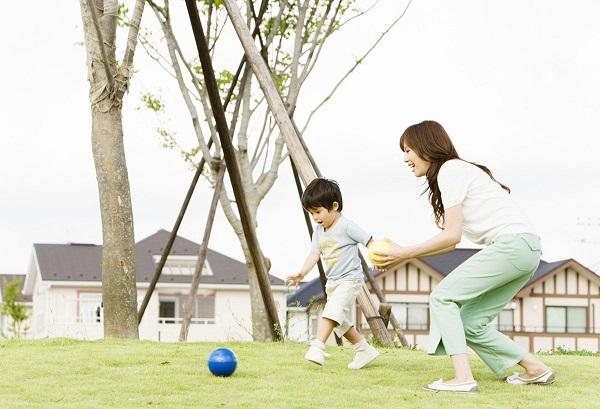 Thường xuyên cho bé vận động – điều này rất tốt cho quá trình tăng trưởng và phát triển của trẻ.