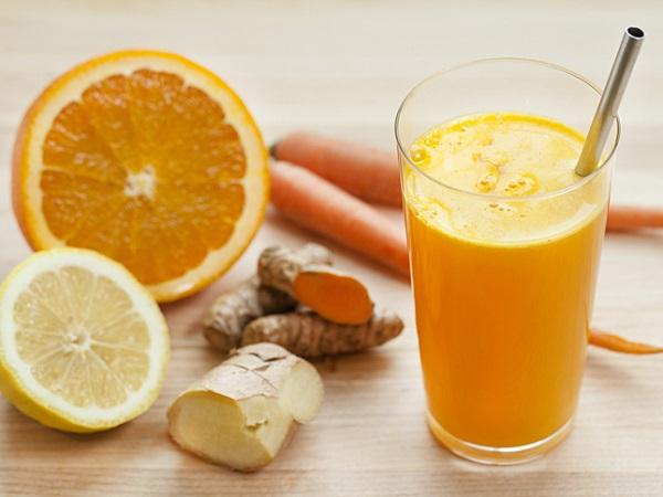 Bạn sẽ nhanh chóng có được một làn da đều màu nhờ hỗn hợp bột nghệ với nước cam ép.