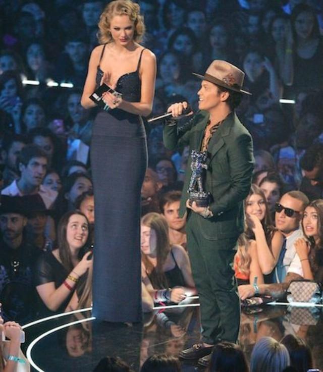 Bruno Mars như người lùn khi đứng cạnh Taylor trong một buổi lễ trao giải thưởng âm nhạc