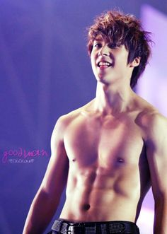 Dongwoon không chỉ sở hữu vóc dáng cao ráo, anh chàng còn có cơ bắp chuẩn khiến nhiều chàng trai ghen tỵ.