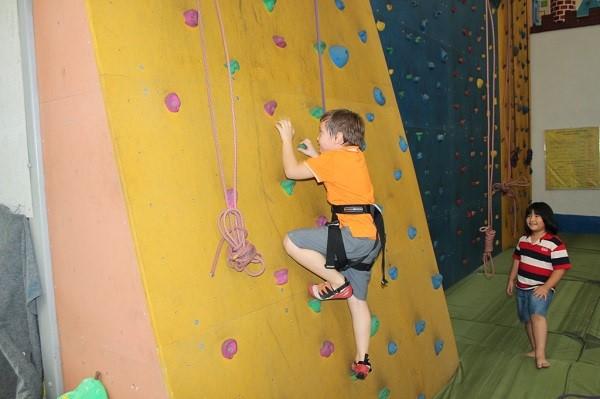 Leo núi trong nhà – môn thể thao giúp giải tỏa căng thẳng và hỗ trợ tăng chiều cao cho bé hiệu quả nhất.