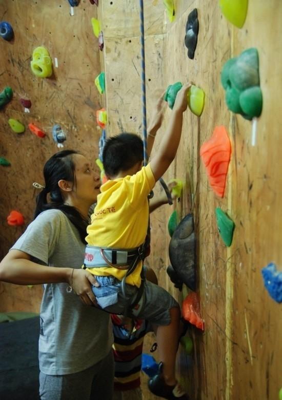 Leo núi trong nhà cũng là một trong những bộ môn thể thao đòi hỏi sự vận động toàn thân.