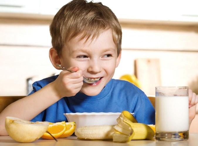 Uống sữa mỗi sáng cung cấp canxi đều đặn
