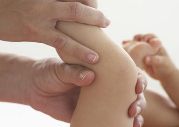 """Thực hiện động tác massage nhẹ nhàng như đang """"vắt sữa"""" chân."""