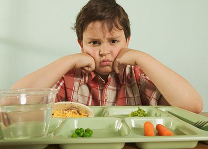 Hỏi: Con tôi năm nay 11 tuổi, nặng 35 kg. Xin hỏi bác sĩ cháu có bị  béo phì không? Tôi phải cho cháu ăn uống thế nào để cháu không tăng cân thêm nữa mà vẫn đầy đủ chất đạm, chất béo...? Cháu rất thích uống nước ngọt và ăn bánh kẹo. Tôi có thể cho cháu ăn uống theo ý thích không?