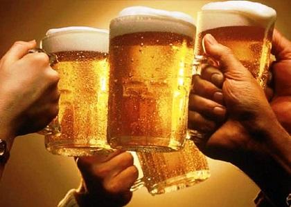 Do đặc thù công việc nên tôi hay phải đi tiếp khách và uống nhiều rượu, tuy không phải là người nghiện nhưng hầu như ngày nào tôi cũng phải uống dù không muốn. Gần đây tôi đọc thông tin được biết người hay uống rượu có thể dẫn đến gan nhiễm mỡ. Xin quý báo cho tôi biết rõ hơn.