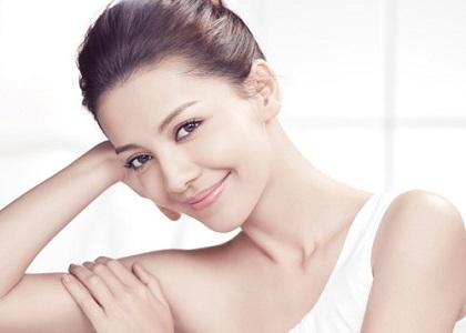 Quả bưởi sẽ giúp làn da bạn trở nên săn chắc, mịn màng hơn. Bưởi không chỉ là món tráng miệng hấp dẫn sau bữa ăn hay giúp phái đẹp cải thiện vòng 2. Bên cạnh đó, bưởi còn là dược liệu loại bỏ sự xuất hiện của những nếp nhăn của phụ nữ sau tuổi 30.