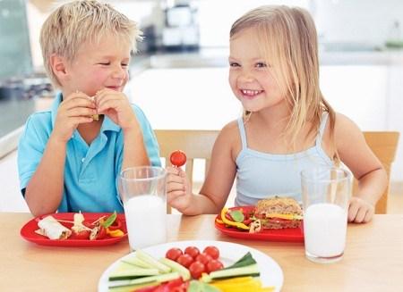 Bổ sung canxi được xem như một trong những cách an toàn nhất giúp trẻ chống còi xương, tăng cường sức khỏe và cải thiện chiều cao. Vậy làm cách nào để bổ sung canxi một cách tốt nhất?
