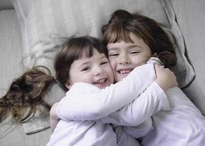 Một trong những nguyên nhân ảnh hưởng đến việc tăng chiều cao của trẻ có thể kể đến tình cảm gia đình, nếu lớn lên trong một môi trường thiếu tình cảm gia đình và sự ấm áp của tình mẫu tử cũng có thể khiến chiều cao của trẻ kém hơn so với trẻ đồng lứa.
