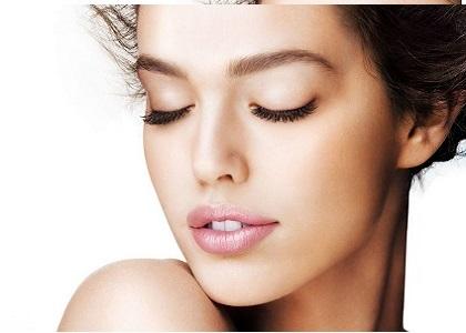 Vẻ đẹp của làn da luôn là yếu tố hàng đầu làm nên nhan sắc rạng rỡ và sự tự tin cho phái đẹp. Chẳng may gương mặt xinh đẹp trót mang vết sẹo xấu xí, chị em hoàn toàn có thể tìm lại sự tự tin của mình nếu chọn đúng.
