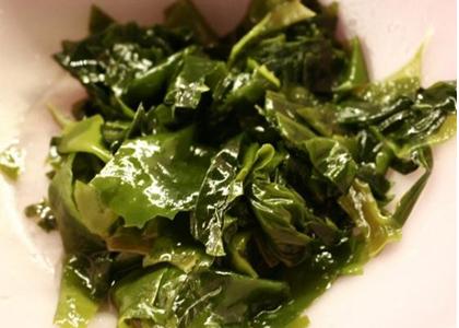 Rong biển là một món ăn quen thuộc của người Hàn Quốc. Đây không chỉ là thực đơn mà còn là phương thuốc tăng chiều cao rất hiệu quả của người Hàn. Bởi lẽ, trong rong biển có hàm lượng canxi rất cao, đặc biệt là rong biển khô.