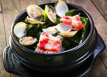 Thủy, hải sản là một trong những thực phẩm chứa nhiều canxi, nhưng không ai biết rong biển cũng được biết đến như một bài thuốc phát triển chiều cao hiệu quả nhất là đối với trẻ em.