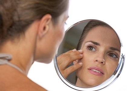 Viện Da liễu Quốc gia liên tục tiếp nhận phụ nữ U40, đến khám với khuôn mặt sưng tấy đầy mụn đỏ rỉ nước - hậu quả của công cuộc trị nám, tẩy trắng siêu tốc để 'tút' lại làn da.