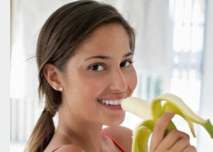 Chuối là một loại trái cây khá phổ biến ở nước ta và thường có quanh năm. Có nhiều nguồn tin cho rằng ăn một trái chuối sẽ tương đương với 1 bát cơm, vì thế nó là kẻ thù của giảm cân. Thế nhưng, ngược lại với điều đó, có nhiều nghiên cứu và thực tiễn đã chứng minh rằng chuối có tác dụng hỗ trợ quá trình giảm cân của chúng ta. Tại sao vậy?