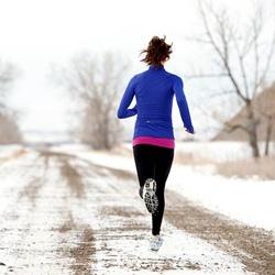 """Mùa đông là thời điểm mọi người """"lặn ngụp"""" trong những chiếc áo len, áo khoác to sụ, dày dặn nên sẽ không dễ dàng nhận ra sự tăng cân của cơ thể. Còn với mùa hè, trang phục mát mẻ và thoải mái sẽ khiến bạn dễ phát hiện ra sự """"phì nhiêu"""" của cơ thể, dù là một chút. Chính vì vậy mà các bạn nữ sẽ có ý thức giảm cân hiệu quả hơn mùa đông."""