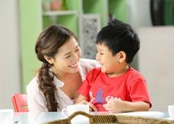"""Rất Nhiều bậc phụ huynh luôn cho rằng trẻ biếng ăn  là nguyên nhân hàng đầu gây ra trẻ chậm tăng cân và tăng chiều cao. Thế nhưng, những chứng mình gầy đây không ít người đã nhận xét rằng ngay cả với những trẻ ăn ngoan vẫn khiến không ít bố mẹ phải """"vò đầu bứt tóc""""."""