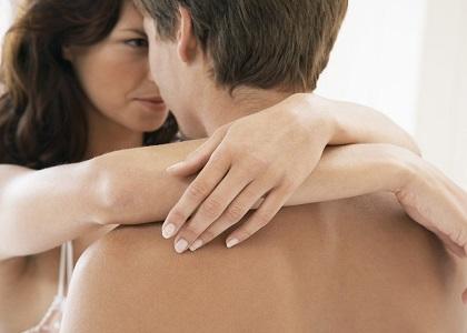 Càng lớn tuổi thì càng dễ bị hơn. Ở tuổi 70 số người  yếu sinh lý gấp đôi tuổi 40 Do yếu tố nội tiết: Testosteron là kích tố nam duy trì sự phát triển của dương vật, kích thích các trung tâm điều phối quá trình tình dục ở não. Khi tỷ lệ kích tố nam testosteron huyết tương giảm dưới 2mg/ml (trung bình 6mg/ml) sẽ làm giảm hưng phấn và giảm   ham muốn tình dục.