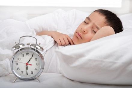 Ngủ đủ giấc luôn là điều kiện cần giúp bé phát triển chiều cao nhanh nhất.