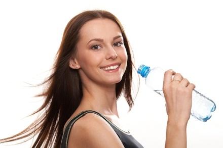 Uống đủ nước là một trong những tuyệt chiêu làm đẹp đơn giản của cô dâu trước ngày cưới.