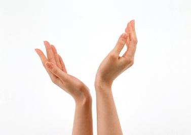 Hãy cảm nhận sự khác biệt sau khi ngâm tay trong dầu oliu bạn nhé!