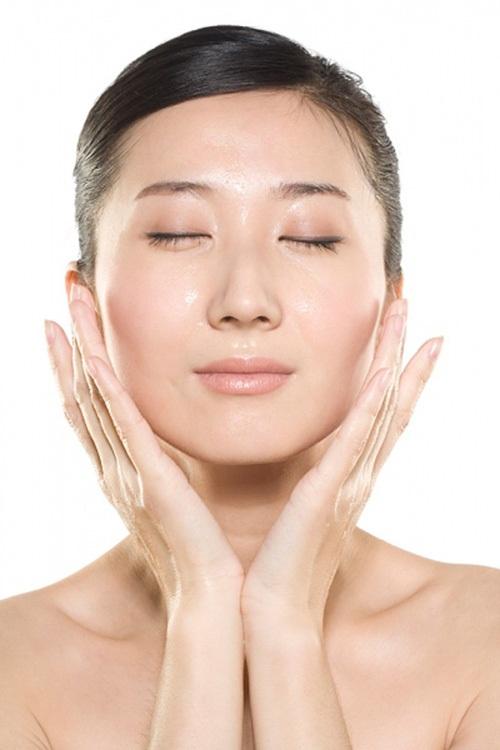 Massage da mặt với mật ong nguyên chất cũng là cách làm đẹp hiệu quả nhất.