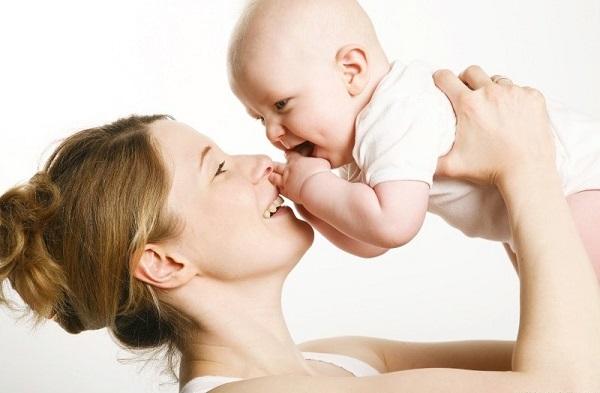 Sử dụng sản phẩm dưỡng da dành cho em bé cũng là biện pháp giúp bạn làm đẹp các vùng da khô.