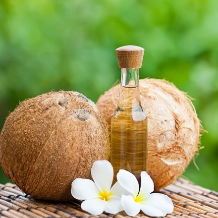 Dầu dừa có tác dụng cung cấp cho làn da một lượng dầu cần thiết nhằm duy trì độ ẩm chống lại những dấu hiệu khô da.