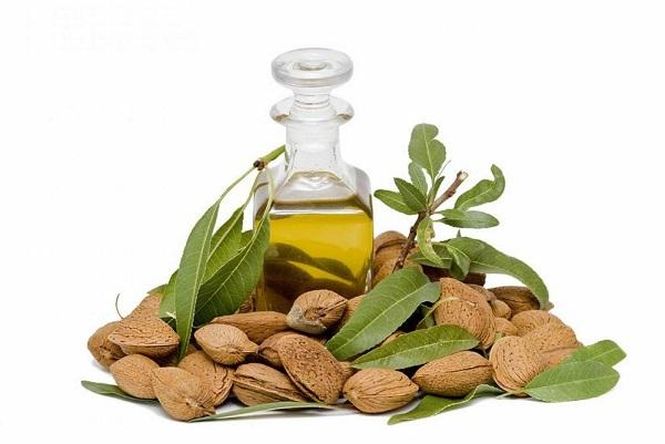 Dầu Olive và dầu thầu dầu có tác dụng giữ ẩm, mang đến cho bạn một làn da mịn màng và mềm mại.
