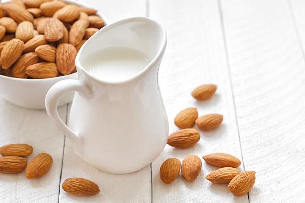 Sữa ấm luôn là biện pháp giúp bạn có được đêm ngon giấc, đồng thời nuôi dưỡng làn da từ bên trong.