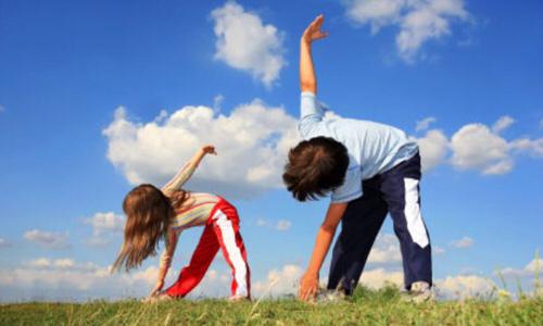 Cho bé tập thể dục vào mỗi sáng để vận động cơ thể