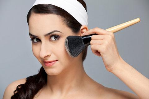 Nên tránh trang điểm lên vùng da bị mụn