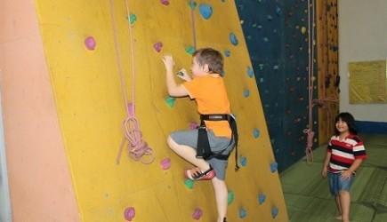 Leo núi trong nhà - môn thể thao giúp tăng chiều cao cho bé hiệu quả