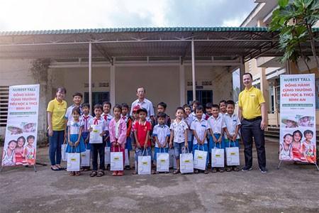TVBUY đến thăm và tặng quà cho trẻ em huyện Bình Sơn, Quảng Ngãi sau bão