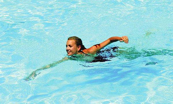 Môn bơi lội giúp kéo dài chân hiệu quả