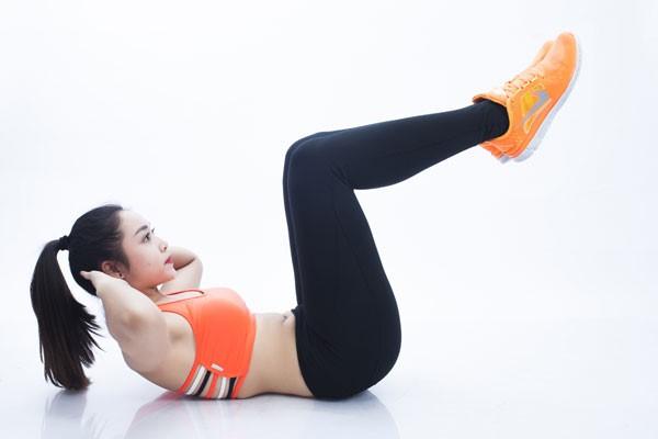 Bài tập gập bụng co gối tăng chiều cao tuổi 20