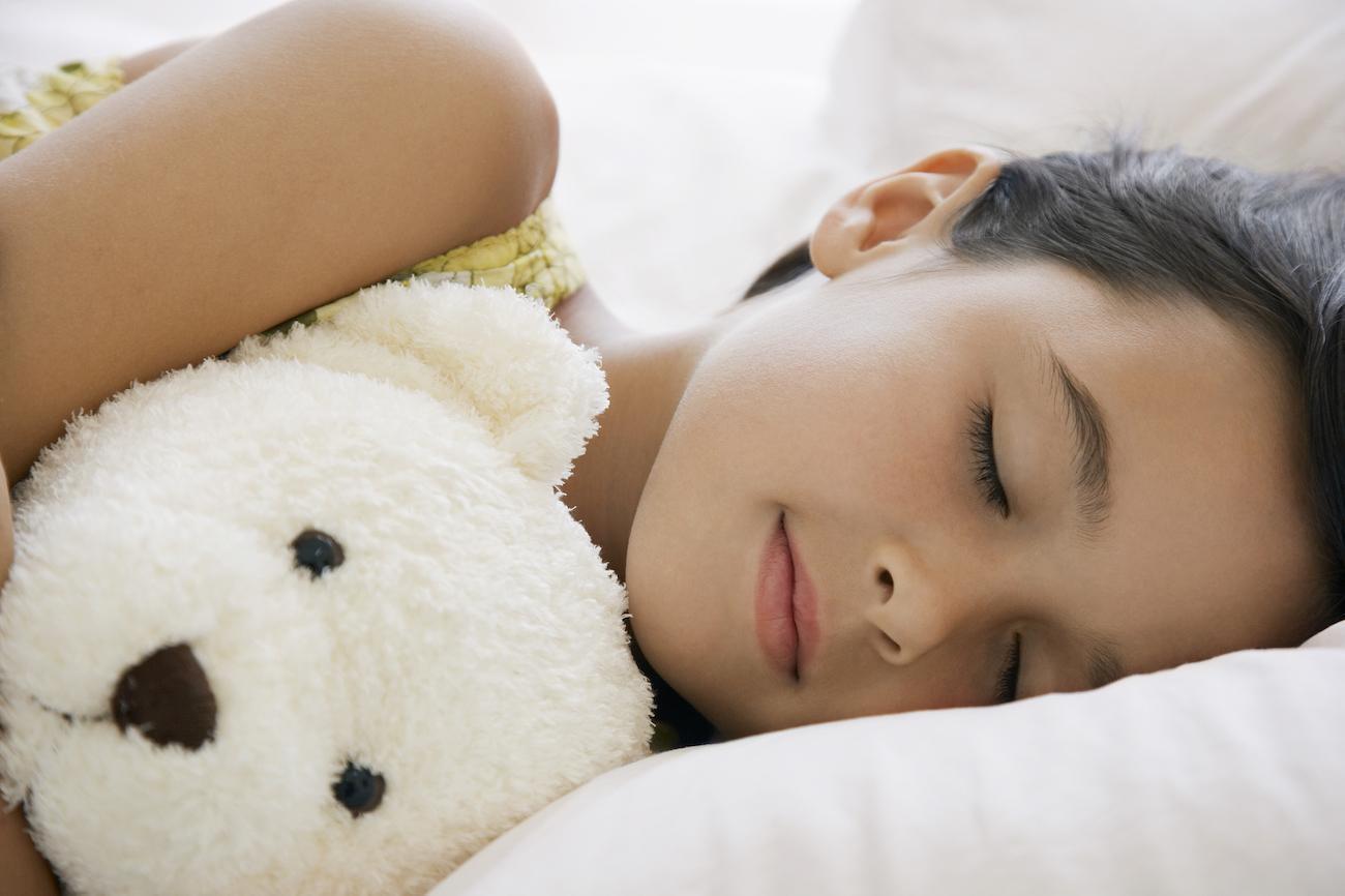 ở giai đoạn 3-9 tuổi cần cho trẻ ngủ đủ giấc để tăng cường sản sinh hocmon tăng trưởng tự nhiên
