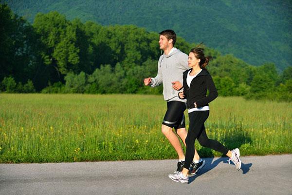 Chạy bộ đúng cách sẽ kích thích cơ thể sản sinh ra hormone tăng trưởng, giúp tăng chiều cao