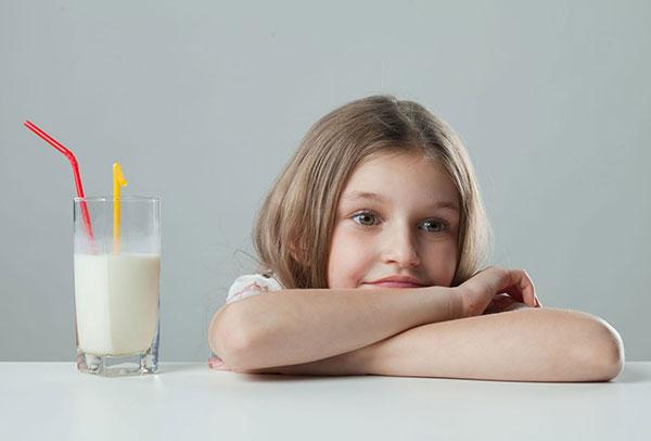 Uống một ly sữa nóng sẽ giúp trẻ ngủ ngon và sâu hơn