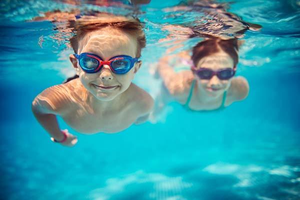 Bơi lội là môn thể thao giúp bé tăng chiều cao khá hiệu quả
