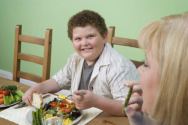 Trẻ béo phì khó phát triển chiều cao hơn trẻ bình thường