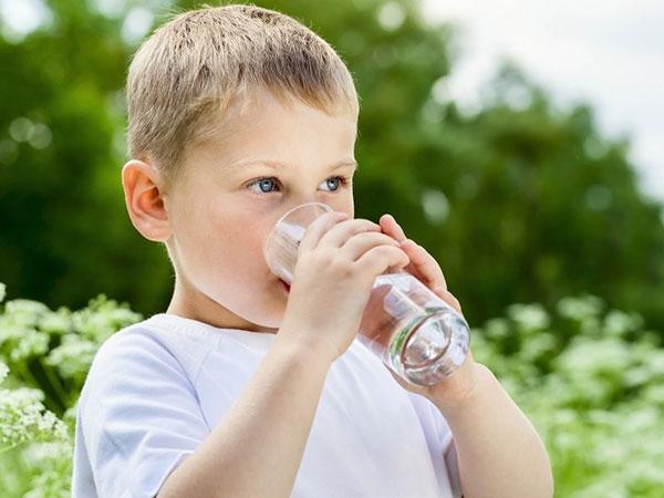 Uống nhiều nước sẽ làm tăng khả năng hấp thu dưỡng chất từ thức ăn và giúp ngủ sâu giấc hơn