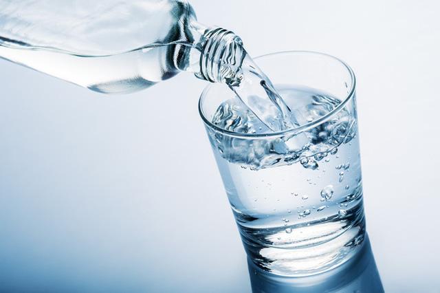 uống đủ 2l nước mỗi ngày để thanh lọc cơ thể tăng chều cao mỗi ngày
