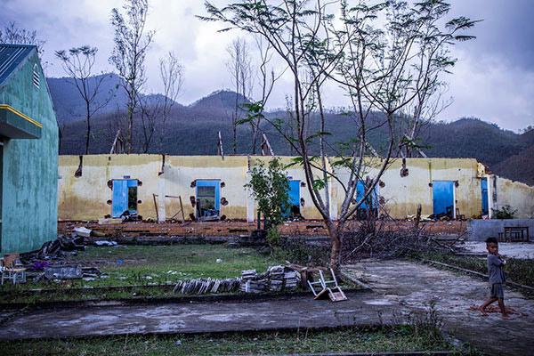 Trường học tại xã Bình An bị tàn phá nặng nề sau bão số 9