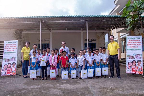 TVBUY chụp hình kỷ niệm cùng ban giám hiệu và học sinh tại xã Bình An